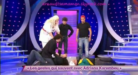Arnaud Tsamere dans le sketch d'Artus (Les gestes qui sauvent avec Adriana Karembeu)
