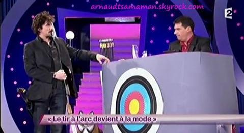 Arnaud Tsamere dans le sketch de Pierre Diot (Le tir à l'arc devient à la mode)