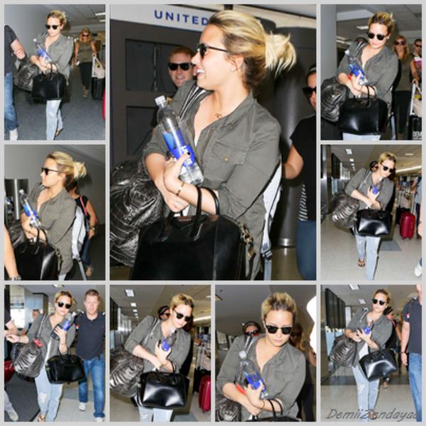 Le 31/08 - Demi a été vu à l'aéroport LAX à Los Angeles.