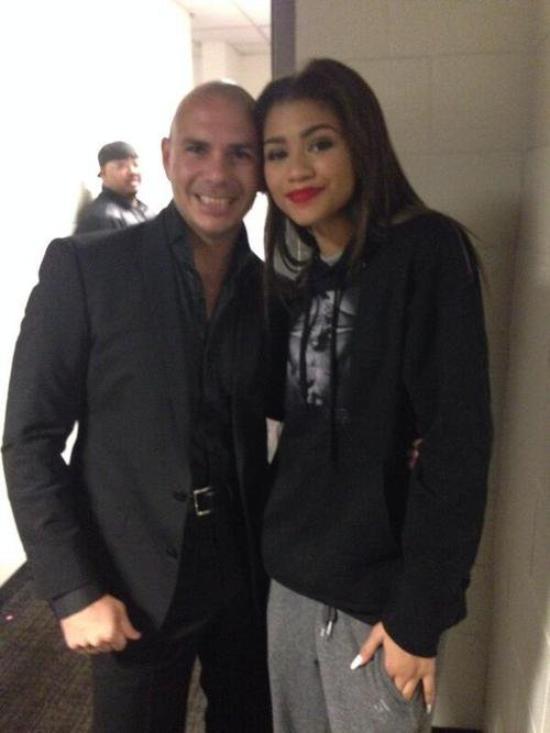 LE ??/12 - Zendaya a pris une photo avec Pitbull !!