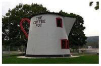 """Pot à café insolite aux USA... Il existe plusieurs spécimens de ces architectures insolites ,dans différents états. Je vous ai déjà présenté au début du mois, un article avec un château d'eau en forme de """"Pot à Café """" et bien voici un bâtiment en forme de pot à café ....."""
