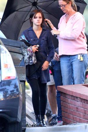 """. ● Emma a été vue sur le plateau de""""The Bling Ring"""" accompagnée de ses  Doc Marten's. Emma porte donc des extensions non-permanentes.."""