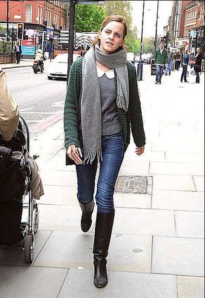 . ●  08/05/12: Emma a été vue dans les rues de Londres en train de se balader. On peut voir qu'elle a changé de coiffure..