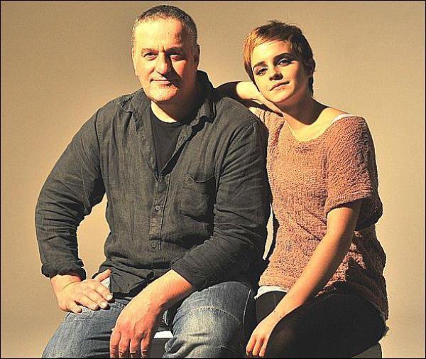 . Une nouvelle photo d'Emma en compagnie du peintre Mark Demsteader datant de 2011 est apparue. Emma avait posé pour ce peintre dans la même année. Les photos sont ici. .