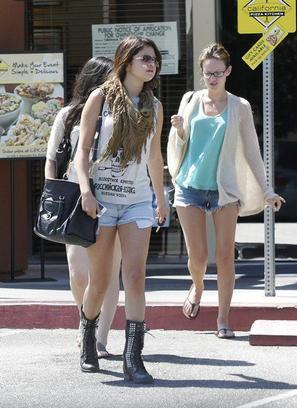 20/08 : Une journée entre copines ( Ashley Cook & Samantha Droke ) pour Selena !