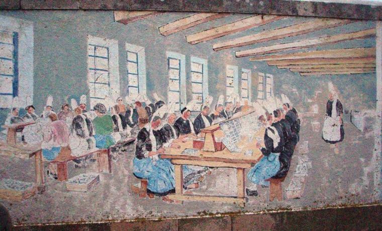 En écho aux articles de Dan...   Fresque sardinière  :  Une peinture murale montre l'activité sardinière à Penmarc'h dans la première partie du XXe siècle : les hommes à la pêche, les femmes dans les conserveries.