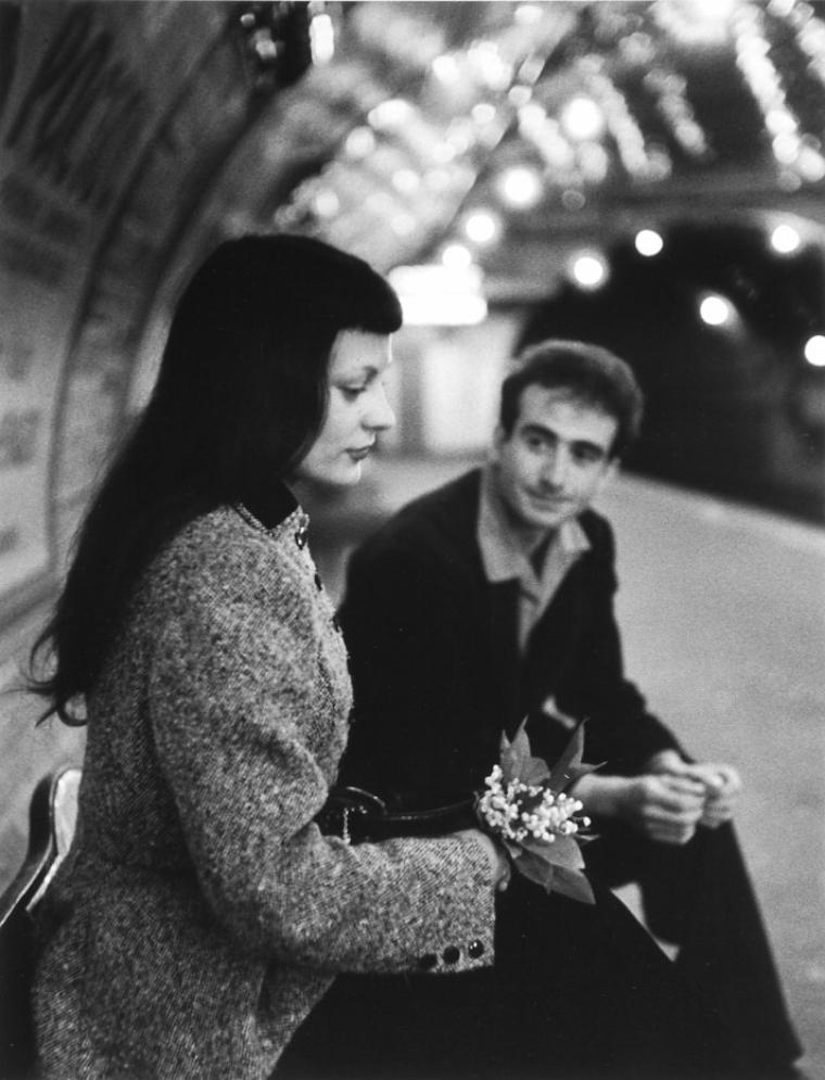 """Robert  DOISNEAU  (1912-1994)  :  Le muguet du métro (1953)   /  """"  Celui que l'amour touche, ne marche pas dans l'obscurité """"   Platon"""