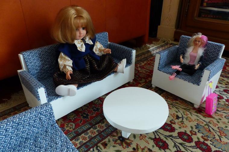 Marie-Françoise est dans son salon