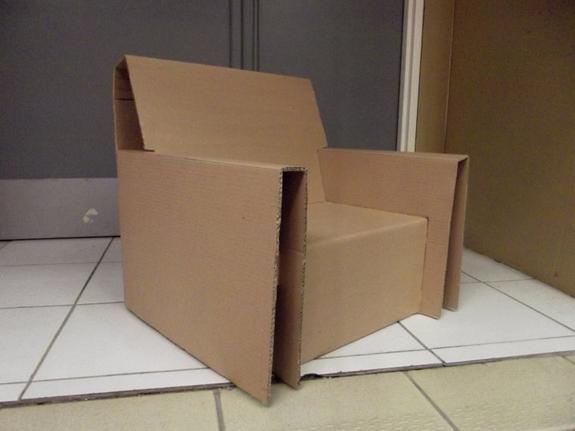 Fauteuil en carton ondulé.