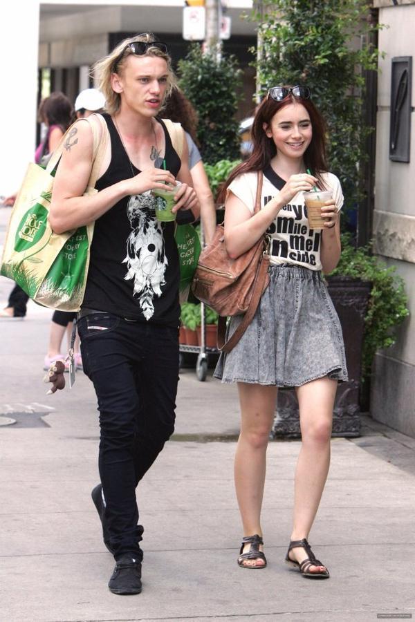 18/08/2012: Lily et son boyfriend ont été vu dans les rues de Toronto après être allé faire des courses. Rapellons que Lily s'est teints les cheveux pour les besoins du film ''The Mortal Instruments'' dont le tournage à commencé le 20 août.