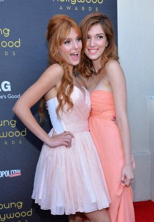 Photo de Bella au 14ème Annual Young Hollywood avec sa soeur Dani (suite 2)