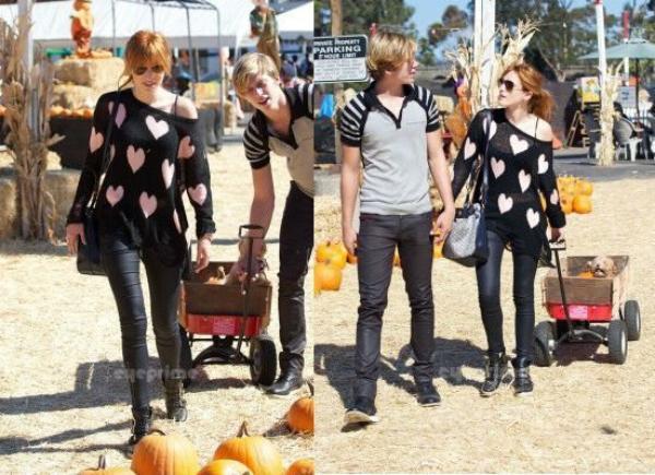 Bella et Tristan achetant des citrouilles pour Halloween :