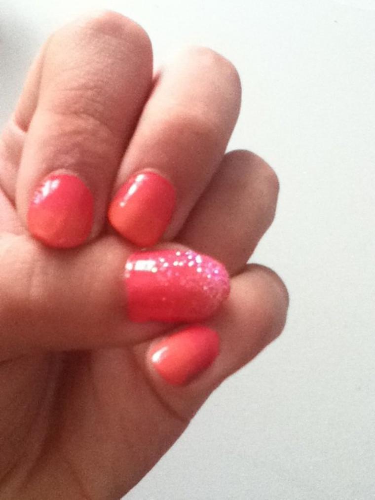 Dégradé corail et rose avec paillettes rose sur le pouce•