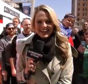 Ce fan de basket demande la journaliste en mariage… en plein duplex !