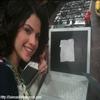 Selena a publié une nouvelle photo sur son Twitter.Cette photo a été prise lors du tournage de la saison 3 des Sorciers De Wawerly Place .Apperemment , Selena a du mal a retenir son script !!!! ici !