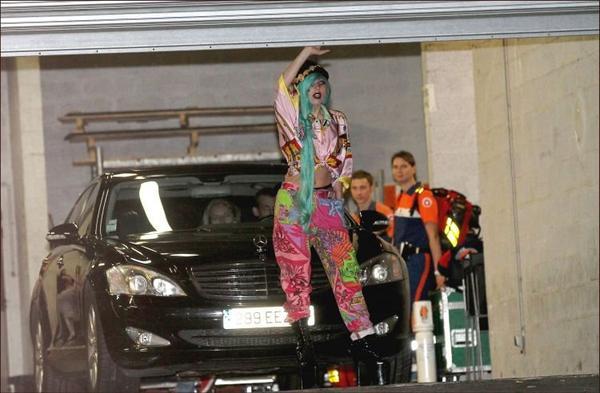 13 juin 2011 : Lady GaGa sortant de l'enregistrement TARATATA