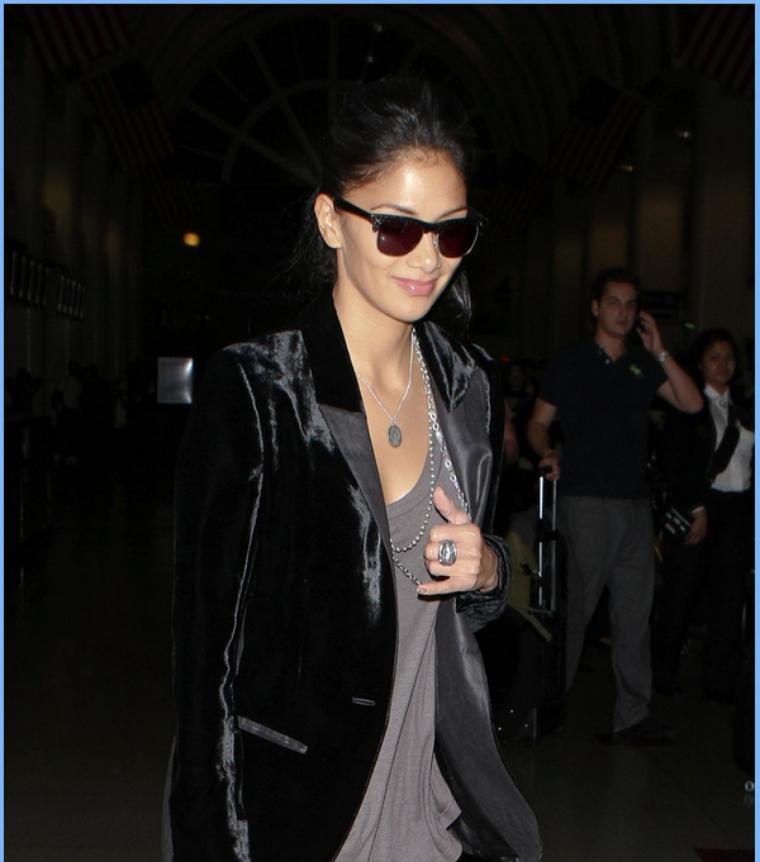 -- Vendredi 14 Octobre 2011 : Nicole quitte l'aéroport LAX dans la ville de Los Angeles après un vol N-Y/L.A... --