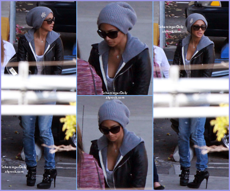 "-- Vendredi 21 Octobre 2011 : Nicole avec un bonnet ""Don't Forget God"" devant les studios de CBS à Los Angeles.. --"