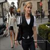 . 1 Janvier 2010 : Emma Watson serait vraiment à Paris. Et elle est repérée par une fan ? .Ma famille et moi on était a paris ce matin dans notre hôtel pour le petit déjeuner et une fille vient nous dire qu'on était assis la ou Emma Watson était juste avant nous. Quand mon frère et moi on avait fini on est aller vers l'ascenseur et j'ai regarder vers la réception et la je l'ai vue !! Elle se dirige vers nous et on monte dans le même ascenseur, alors je prend mon courage a deux mains et je lui parle. Elle a été adorable et m'a remercié de la soutenir. Puis je lui ai demander une photo mais elle m'a dit qu'elle était désolée mais on lui avait dis de ne pas en prendre dans l'hôtel. Mon étage arrivé je sort et elle me souhaite une excellent journée et me fait un immense sourire. Elle a été très simple et adorable.Témoignage de cantread, Merci.