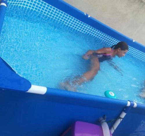 Ma fille dans la piscine