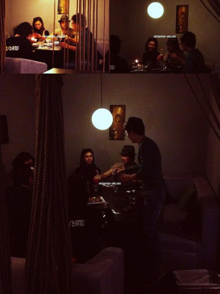 Ian et Nina dans un restaurant à Shanghai avec 3 autres personnes.  | Le 27 décembre 2012.
