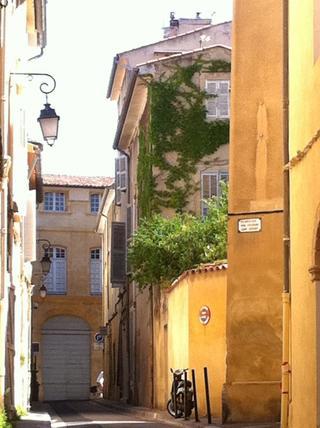Rue Clovis Hugues Aix en Provence centre ville historique Quartier Mazarin