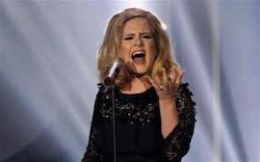 "Adele avec ses 2 brit awards à la main et chantant son titre  "" Rolling in the deep"""