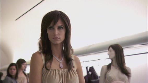 kate bello qui apparait dans white collar ( saison 1 épisode 7 ) j'ai voulu vous montrer la différence quand une personne est relooké et avec très peu de maquillage!!