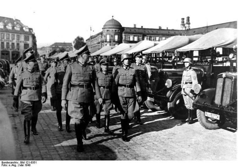Revue de troupes à Strasbourg, place de la gare 1940