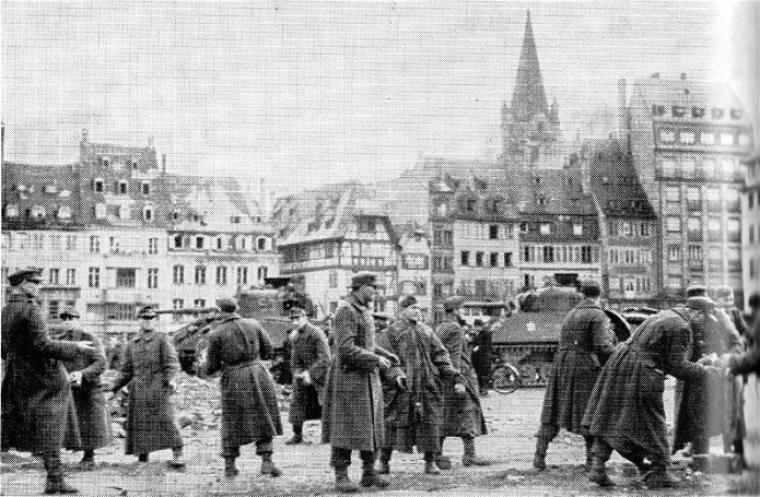 Place kléber  les prisonniers allemands déblaient les gravats
