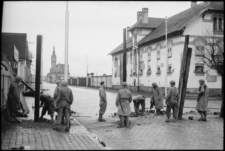 Lors de la libération de Strasbourg, des soldats de la 2e DB érigent un barrage anti-chars dans la rue du port du Petit-Rhin