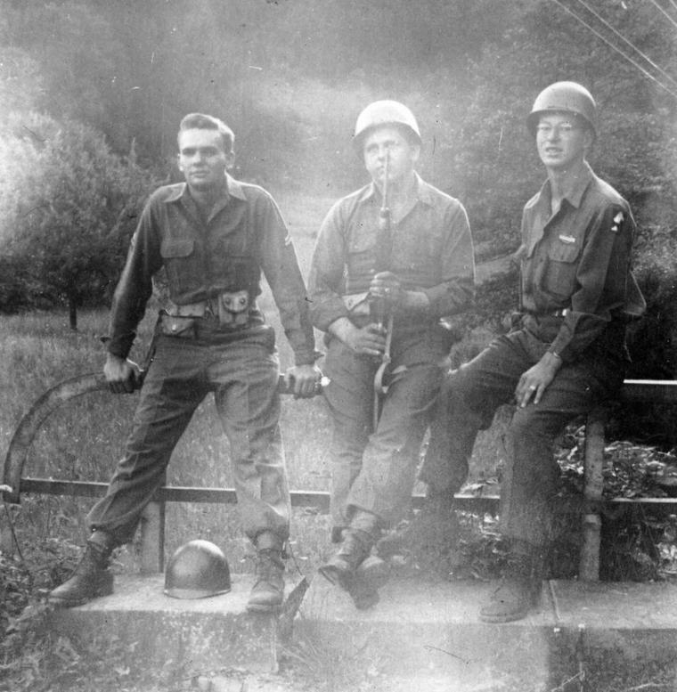 De gauche à droite: Rycroft, Bingham et Mathes près de Usingen, Allemagne 1945.