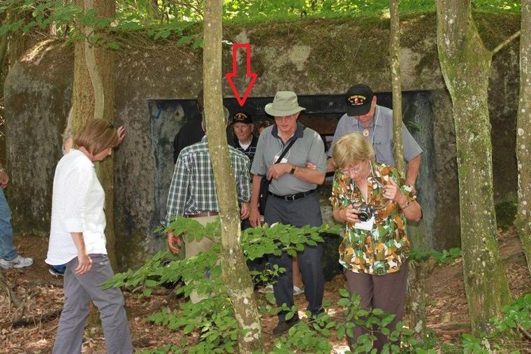 Jack Horan, nous raconte son histoire devant se bunker ou en 45 il a été capturé par les Allemand, avec d'autre compagnon