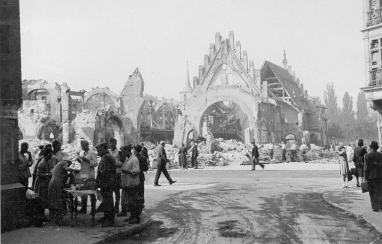 Strasbourg 1944.08.11-ancienne-douane-équipes-de-deblaiements