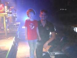 Candids ! Deux photos de Ponsi et Mark avec le même petit garçon.