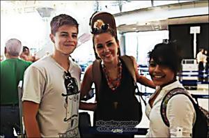 . ⁂  27.12.11: photo nouveau fan à l'aéroport de retour de  Costa Rica ⁂    .