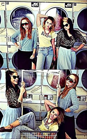 . ⁂  PhotoShoot à la laverie avec Brandi & Denika ⁂    .
