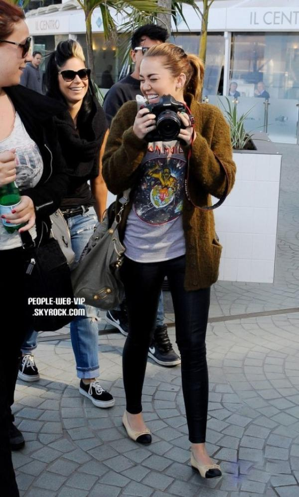 > Miley Cyrus   Miley est juste heureuse auprès de Liam Hemsworth à la sortie d'un déjeuner à Brisbane (Australie mercredi après-midi (Juin 22).
