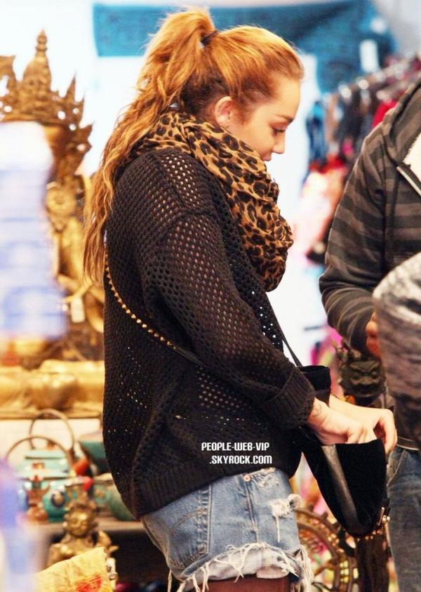 > Miley Cyrus  Miley toute mignonne  dans une boutique à Sydney  (lundi après-midi (Juin 27).