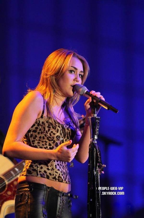 "> Miley Cyrus   Miley assiste a la cérémonie des Starkey Hearing Foundation's ""So The World May Hear Awards Gala"" 2011   (dimanche soir (Juillet 24) à St. Paul, Minnesota)"