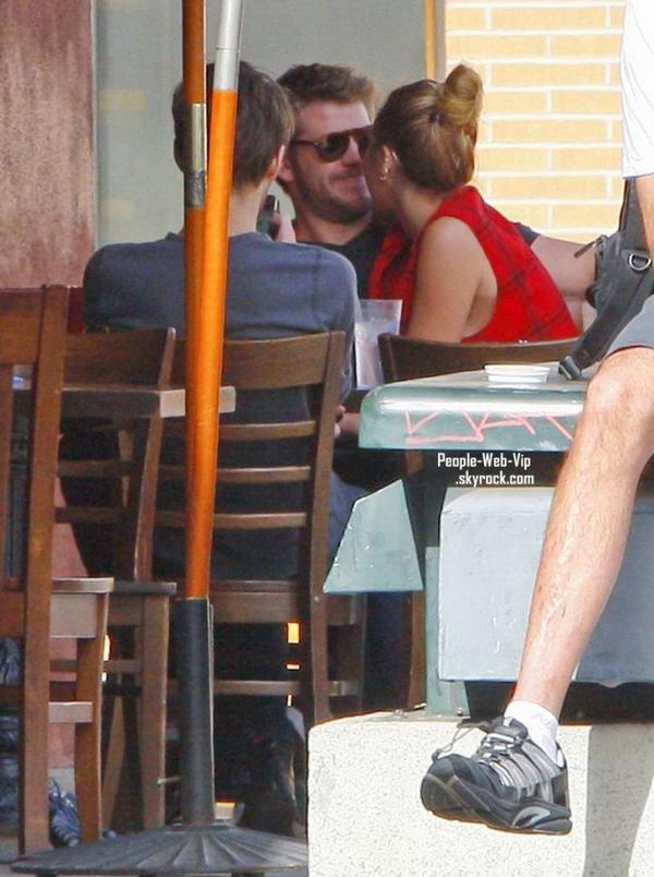 Miley Cyrus et Liam Hemsworth sortent manger avec des amis à Los Angeles  ( dimanche après-midi (Janvier 29).