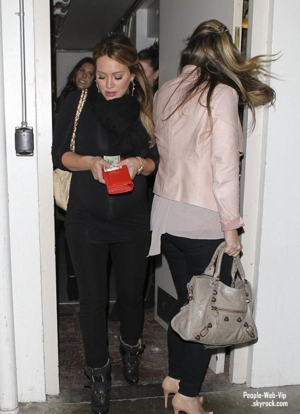Hilary Duff sort pour dîner avec sa grande s½ur, Haylie (mercredi (Février 15) à Madeo de Beverly Hills, Californie)