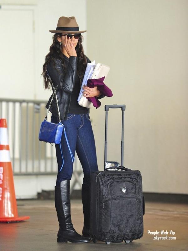 Nina Dobrev et Ian Somerhalder aperçu ensemble à l'aéroport de LAX  (vendredi (Février 24) à Los Angeles.)