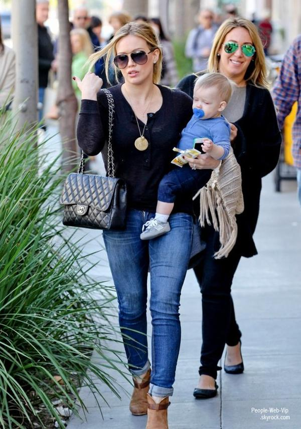 Hilary Duff apercu dans les rues de la Californie avec son petit garçon Luca  et sa soeur Haylie (samedi (Décembre 22) à Beverly Hills, en Californie)