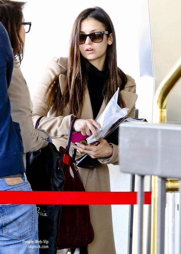 Ian Somerhalder et sa petite amie Nina Dobrev aperçu à  l'aéroport de LAX  ( mercredi (Décembre 26) à Los Angeles.)