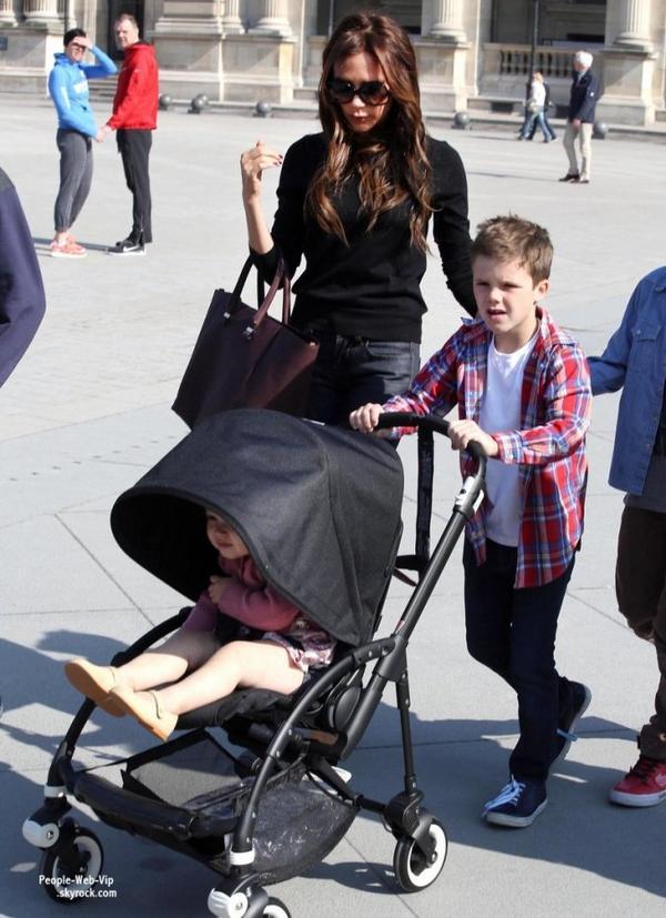 Victoria Beckham porte son adorable fille Harper lors d'une visite au musée du Louvre avec ses enfants (dimanche (21 Avril) à Paris, France.)