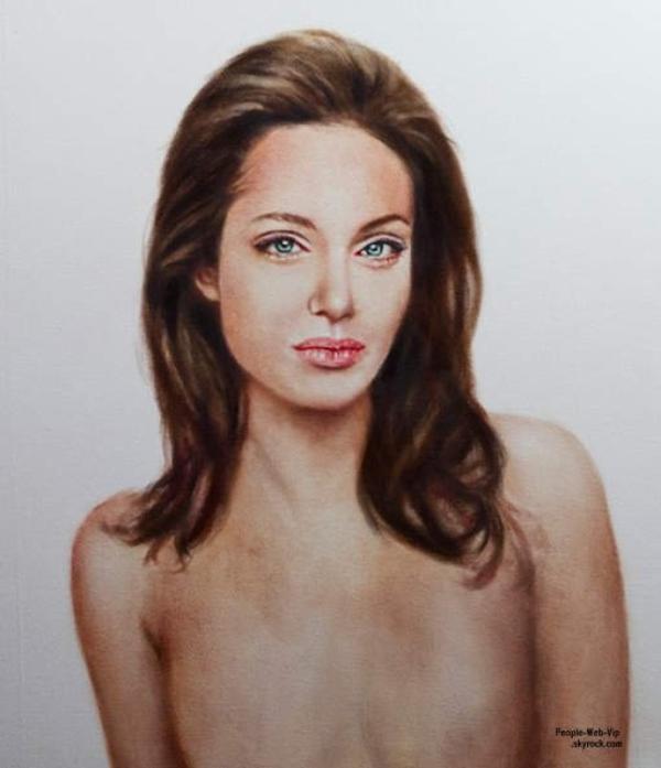 ANGELINA JOLIE : Le peintre suédois Johan Andersson a dévoiler sur son compte Twitter sa nouvelle oeuvre. Il s'agit d'un portrait d'Angelina Jolie nue et sans seins après sa double mastectomie. L'oeuvre de l'artiste est estimé à 20.000 euros. Il  sera vendue lors d'une vente aux enchères qui se déroulera à Los Angeles et les bénéfices seront intégralement reversés à la fondation Falling Whistles, association pour la paix au Congo.