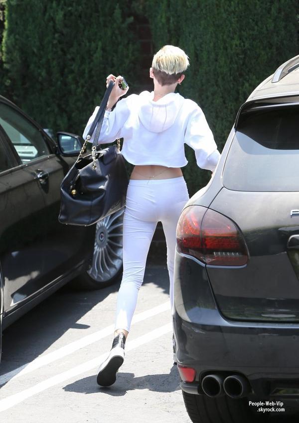 Miley Cyrus aperçue dans les rues de Los Angeles arrivant dans un studio (mardi (Juin 4) à Los Angeles.)