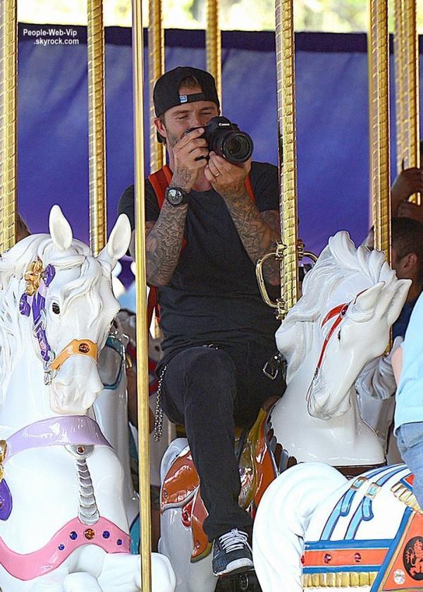 David Beckham pousse sa fille de 2 ans, Harper, et sa femme Victoria dans le parc Disneyland  ( jeudi (22 Août) à Anaheim, en Californie)