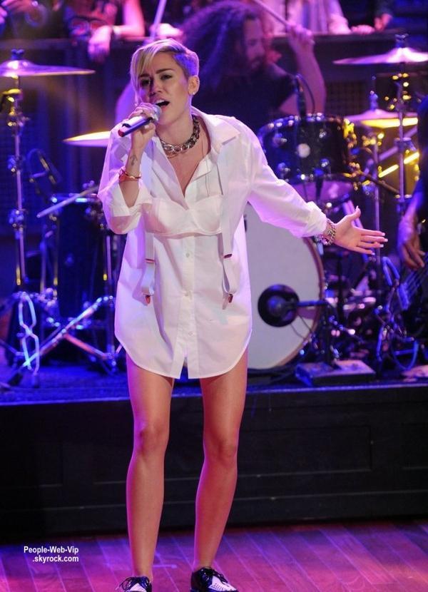 Miley Cyrus aperçue dans une petite tenue légère pendant sa Bangerz Album Release Party  (mardi (8 Octobre ) à New York .)